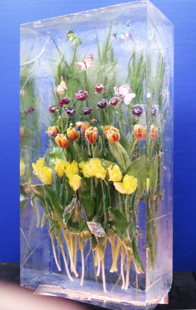 Effektvolle Blumen Skulpturen aus Eis